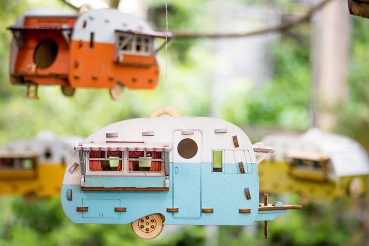 Soluzioni-originali-per-il-giardino-roulotte-uccellini